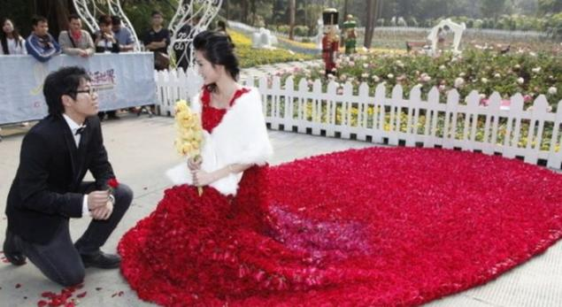 A Chinese girl Yin Mi had her fairytale moment when her boyfriend Xiao Fan proposed her in a dress made with 9,999 flowers.